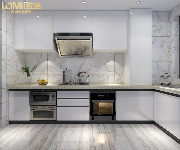 三、廚房空間寬敞又明亮,但是中間有一根橫柱怎么辦?用 U型廚房設計,一個回轉吧臺完美解決了柱子的問題,如果配上桃木的櫥柜,會因為木色的沉穩,酒柜的融入,柱子的視覺大大被弱化。 柱子有時候還能作為廚房分區的隔斷,雙一性的廚房空間,因為中間有了一根橫柱,功能分區就更清晰了,烹飪區、洗滌區、收納區等布置合理,各司其職,下廚再也不會手忙腳亂啦。所以凡是換個視覺,另一側就會別有洞天。柱子也能成為廚房空間的點睛之筆! 當然,如果看完這些你還是不清楚廚房有柱子,櫥柜如何設計的話,可以直接找拉迷全屋定制,免費幫你設計方案