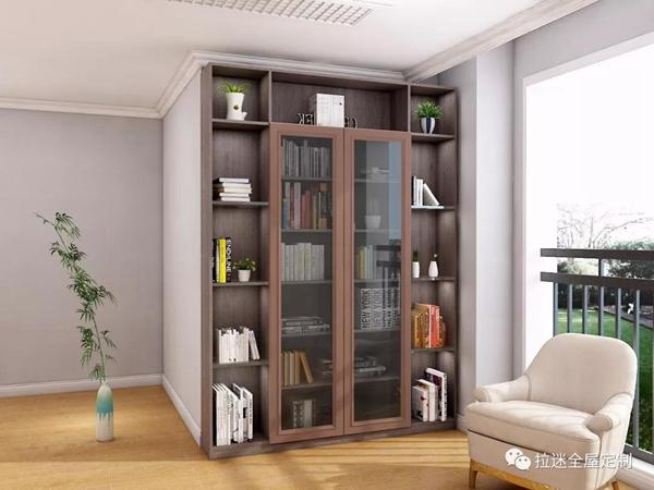 阳台书柜的灯光效果要明亮柔和,以方便人们拿放书籍.