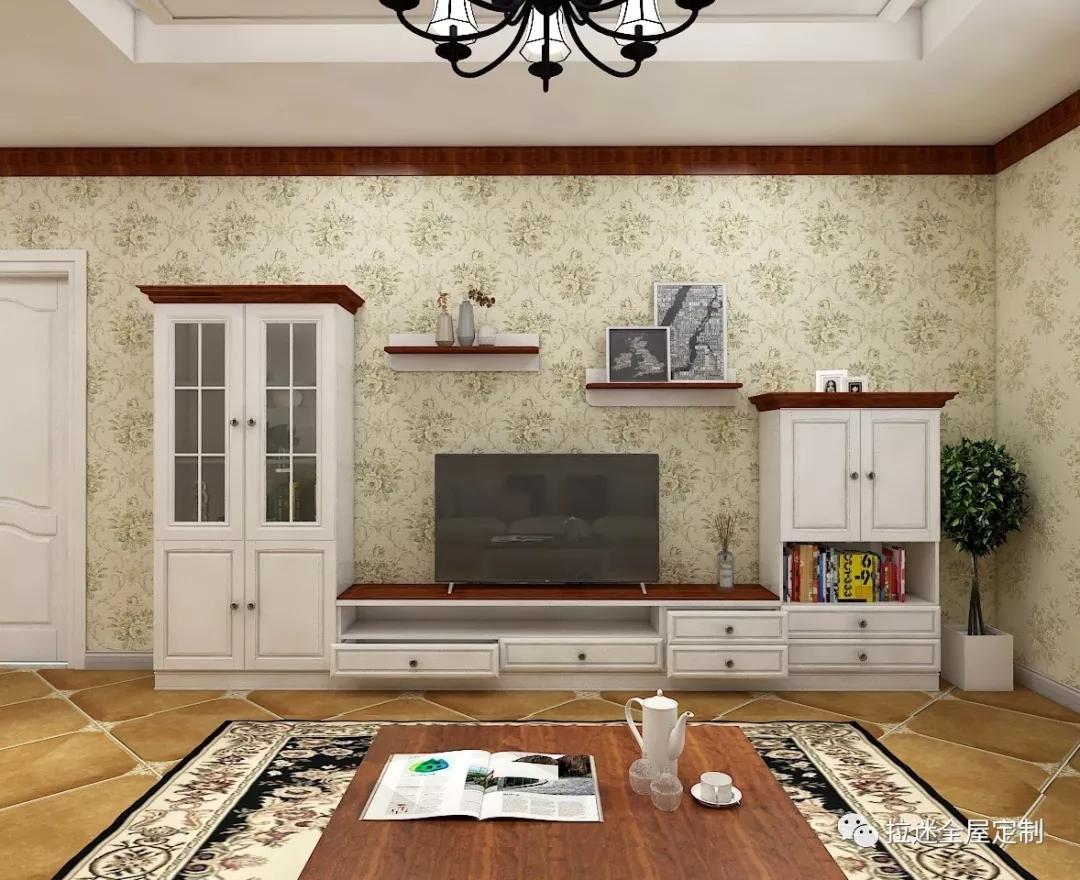 装修时,我们通常会不约而同地为客厅配置一个电视柜,定制的出现让我们个性化的需求得以实现,从此电视柜的样式越来越丰富。常见的电视柜设计方案有哪些类型呢? 一字型电视柜  空间以米黄色为主色调,浅灰为辅色,淡青和绿色的软装点缀,素雅不失活泼。而陶瓷白和浅灰的一字型电视柜在电视下方,不仅和空间整个风格相配,还可收纳放置遥控器等简单杂物。
